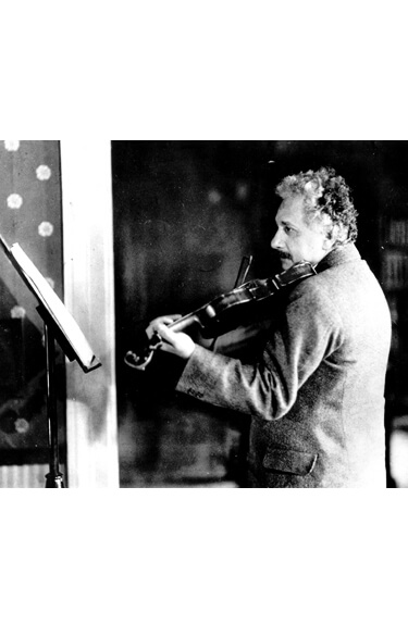 Картинка: Альберт Эйнштейн музицирует